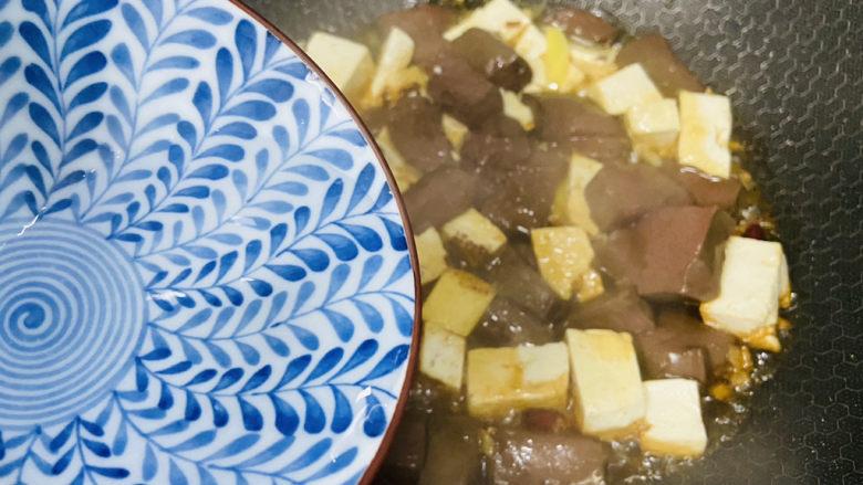 鸭血豆腐,加入少许热水焖煮三分钟