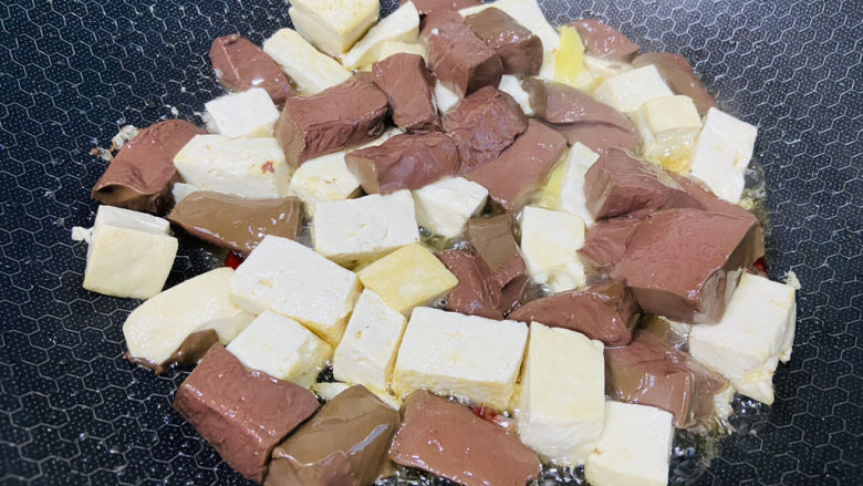 鸭血豆腐,放入鸭血