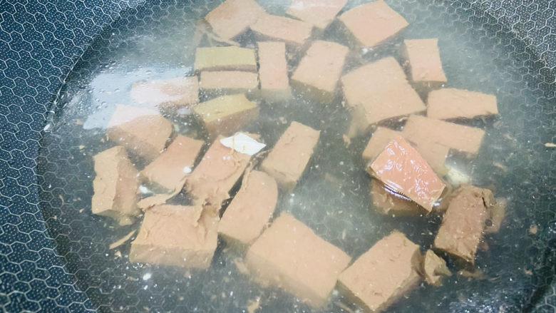 鸭血豆腐,放入鸭血焯烫片刻