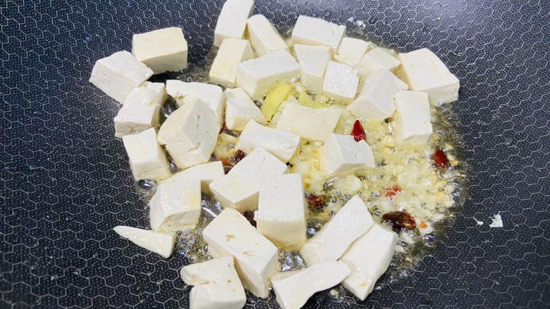 鸭血豆腐,放入豆腐小火煎一下