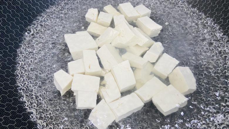 鸭血豆腐,锅中加入清水大火烧开加入适量盐放入豆腐焯烫片刻