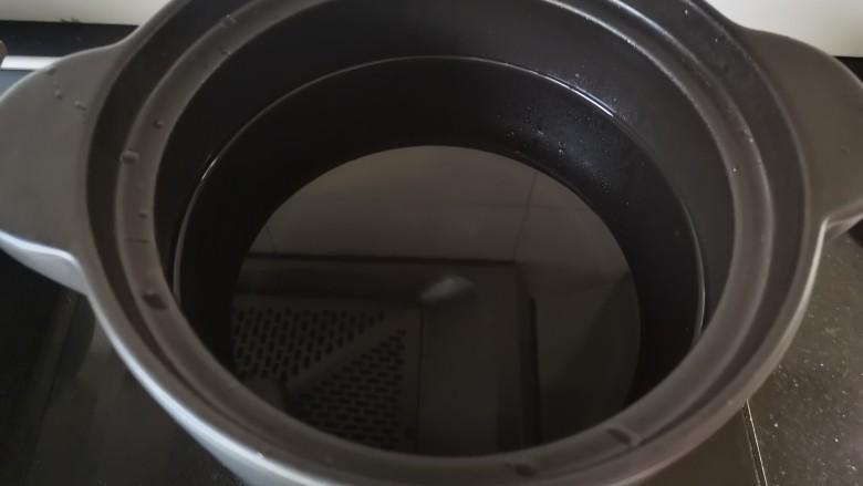 山药枸杞粥,砂锅中放入适量的清水