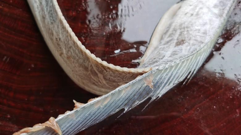 椒盐带鱼,带鱼的鱼鳍无需用剪刀剪,用手就能轻松撕下来。从带鱼的尾部开始逆着鱼鳍的方向,用手往下撕,很轻松的就把整条鱼鳍完整的撕下来了。