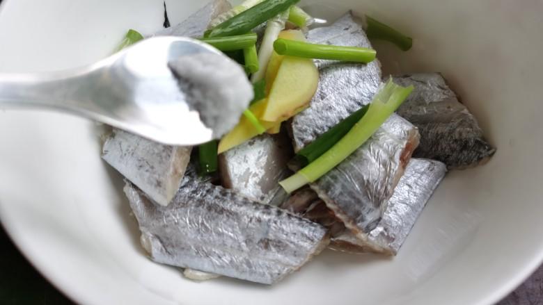 椒盐带鱼,加入食盐。
