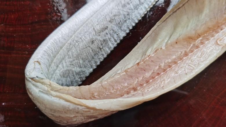椒盐带鱼,撕去鱼鳍后,用剪刀✂️剪开鱼腹,去除内脏以及腹内的黑膜,还有贴着脊骨的瘀血也要冲洗干净。