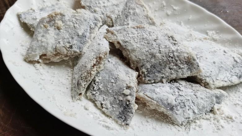 椒盐带鱼,在带鱼表面均匀的裹上一层淀粉。