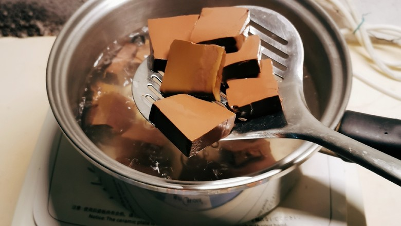 鸭血豆腐,豆腐和鸭血分别放入开水中煮1-2分钟。
