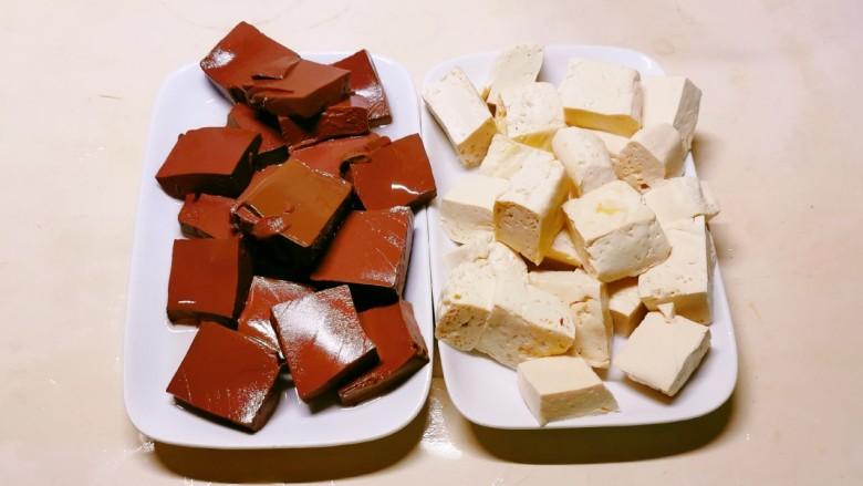 鸭血豆腐,捞出备用。