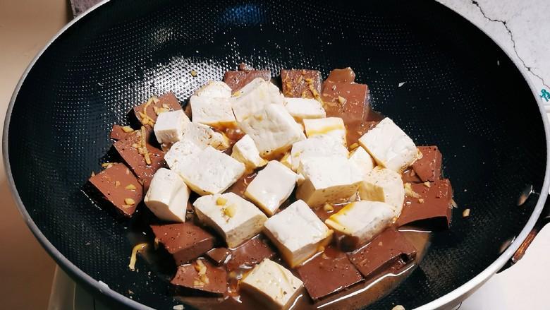 鸭血豆腐,煮开后放入豆腐