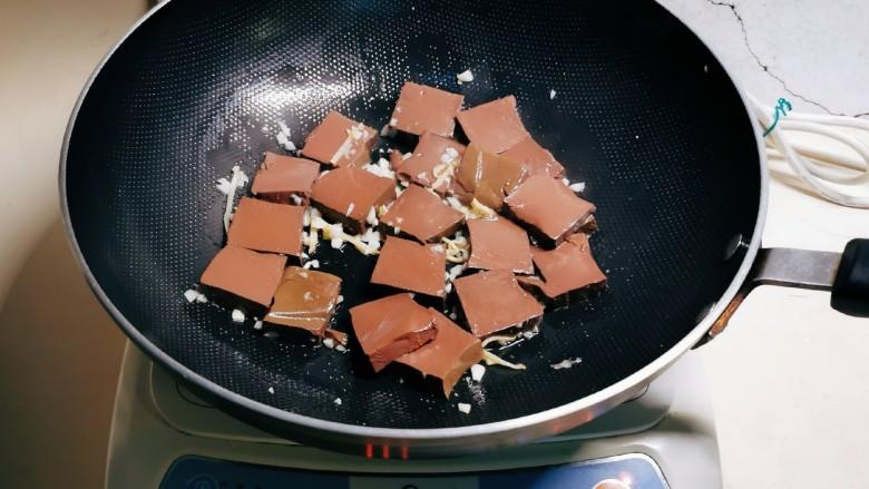 鸭血豆腐,放入姜丝 蒜碎炒出香味,放入鸭血 翻炒