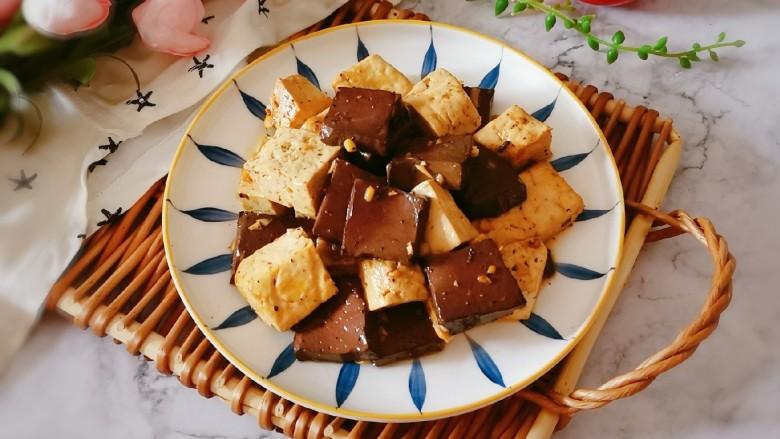 鸭血豆腐,出锅装盘