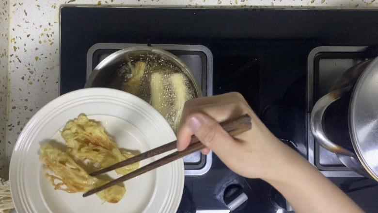 油炸金针菇,装盘