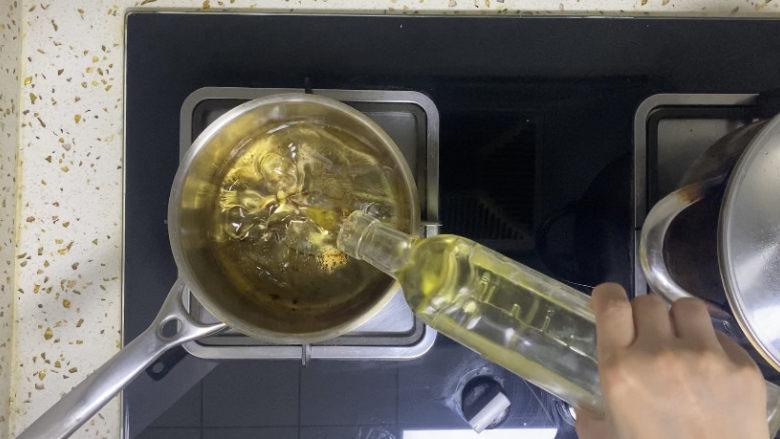 油炸金针菇,锅中倒入600ml食用油