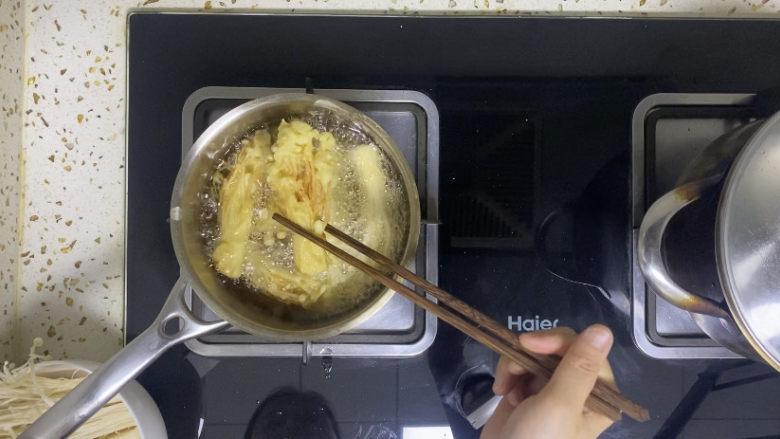 油炸金针菇,炸至金黄即可