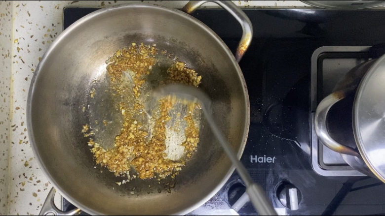 蒜蓉粉丝蒸金针菇,翻拌均匀