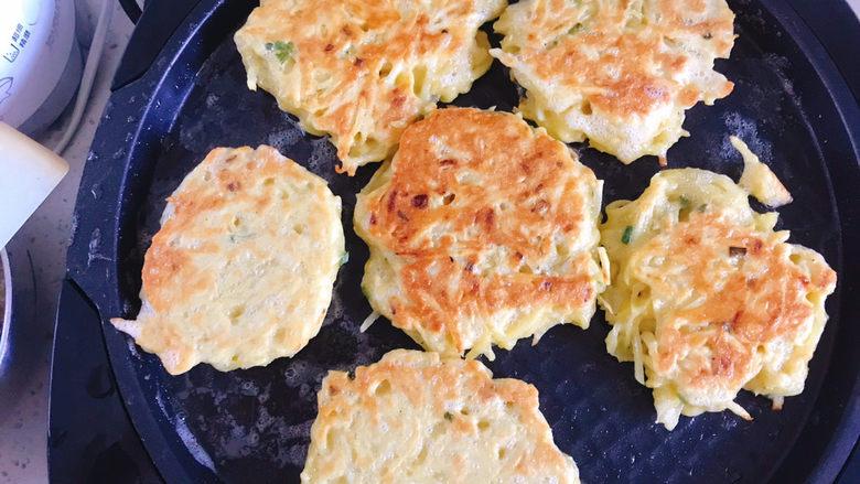 黄金土豆丝饼,煎至两面金黄色即可出锅