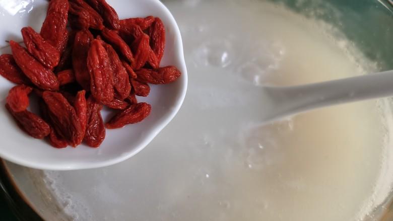 山药枸杞粥,当粥煮至粘稠时,加入枸杞,不时地用勺子搅动米粥,防止糊锅。
