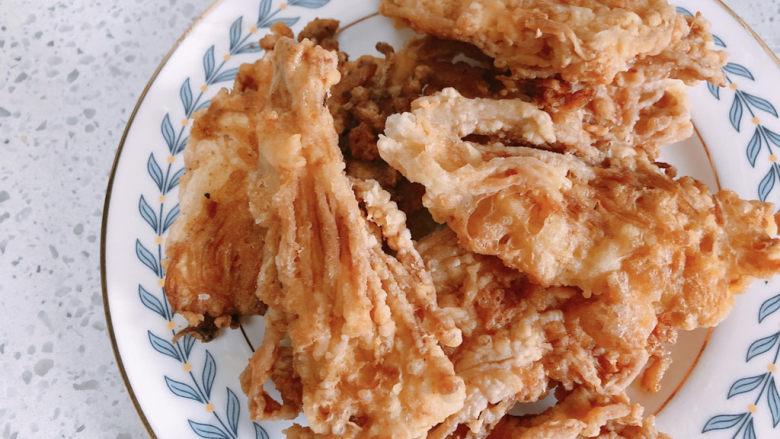 油炸金针菇,炸至颜色变得金黄就可以捞出。