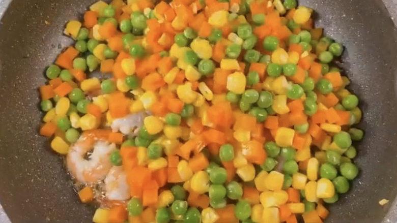 玉米炒虾仁,加入拉过的食材