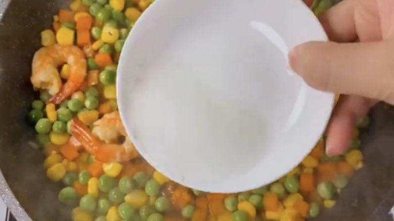 玉米炒虾仁,最后出锅前淋入一点淀粉水勾芡