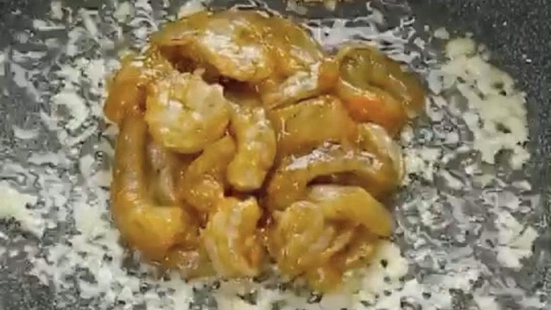 玉米炒虾仁,加入虾仁翻炒变色