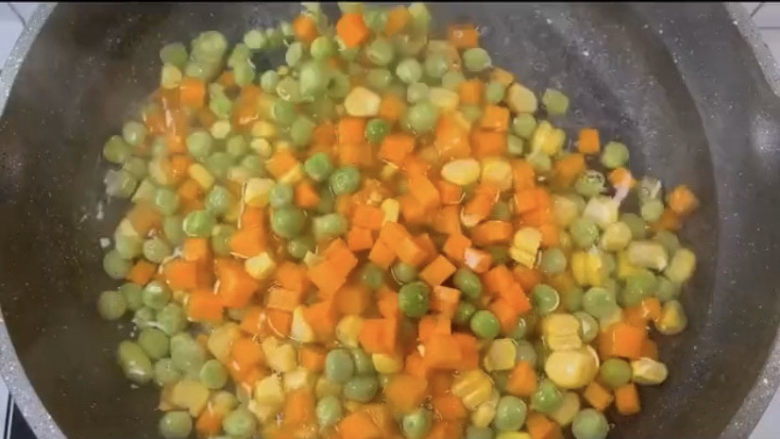 玉米炒虾仁,其他的材料下锅捞一会,可以在水里加一点油,可以保证食材颜色的鲜艳。