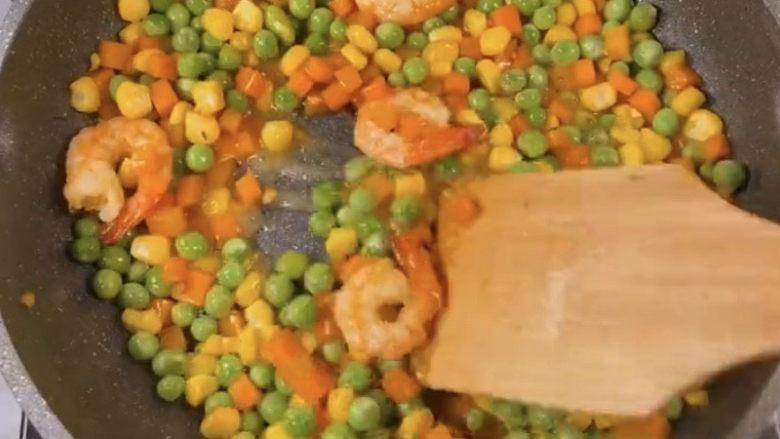 玉米炒虾仁,翻炒均匀就可以了