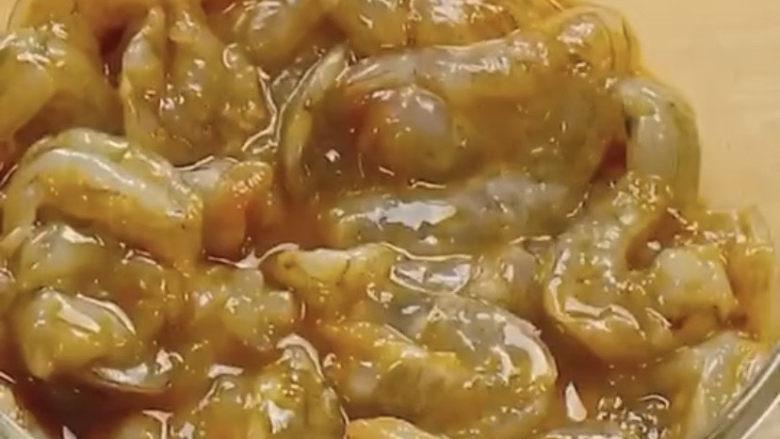 玉米炒虾仁,抓匀腌制15分钟