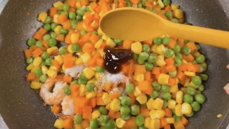 玉米炒虾仁,加入少许盐和蚝油提鲜