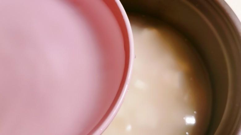 山药枸杞粥,放入清水