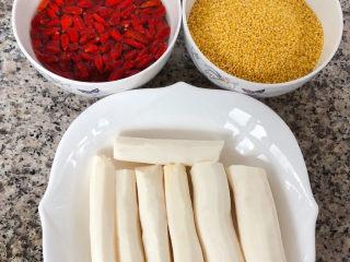 山药枸杞粥,准备原材料山药去皮洗净、枸杞用清水浸泡五分钟、小米