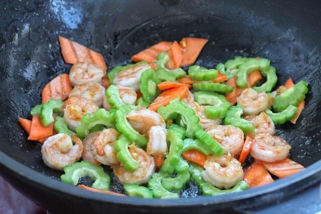 苦瓜炒虾仁,再将苦瓜和胡萝卜放入锅中,改大火快速翻炒三十秒。