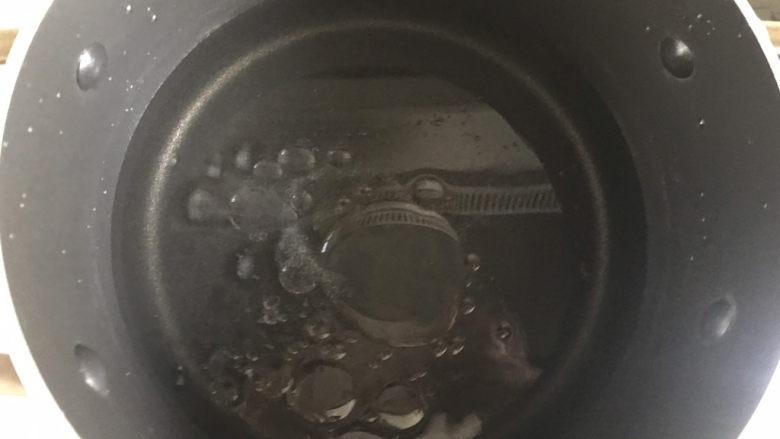 毛豆炒鸡丁,锅中烧水加入适量盐和油