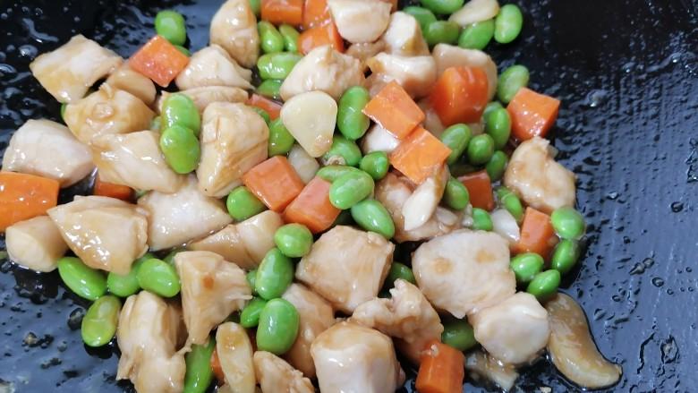 毛豆炒鸡丁,翻炒均匀入味即可出锅