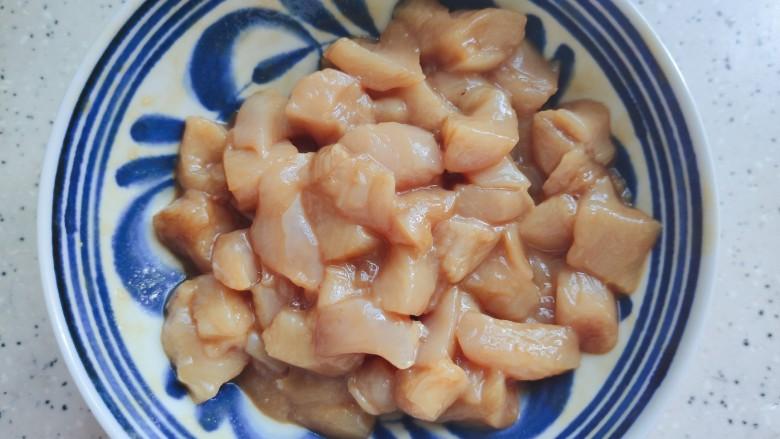 毛豆炒鸡丁,加适量生抽,料酒,一小勺淀粉,细砂糖,几滴食用油,抓均匀,腌制10分钟