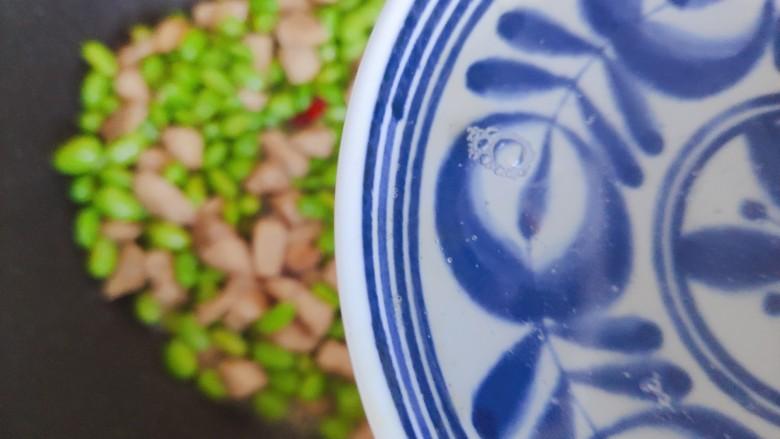 毛豆炒鸡丁,加小半碗热开水
