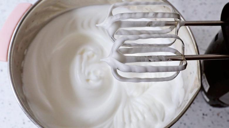 艾莎生日蛋糕,就是提起打蛋头有小尖角即可,称为蛋白霜