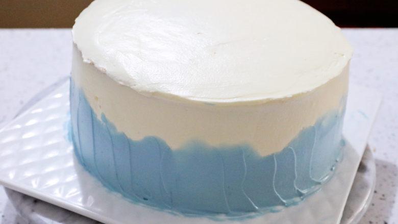 艾莎生日蛋糕,再涂抹在蛋糕下部分