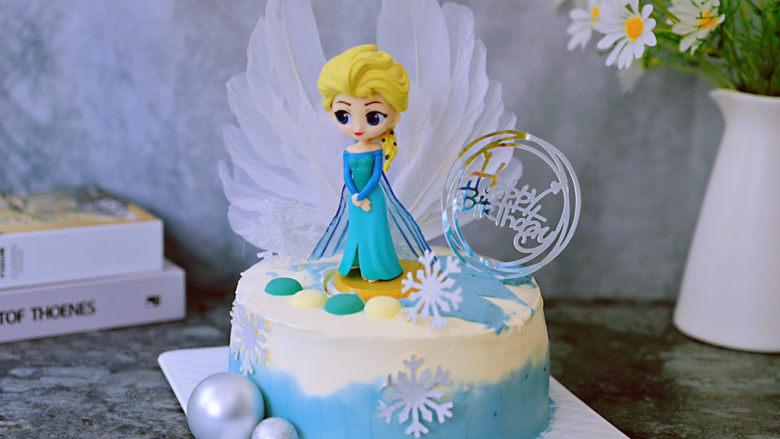 艾莎生日蛋糕,最后再将艾莎装饰在蛋糕上即可