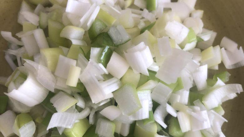毛豆炒鸡丁,大葱切末