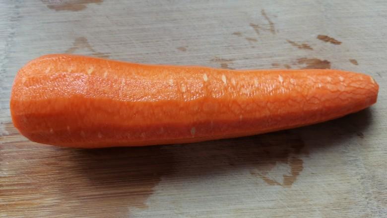 清炒胡萝卜丝,去皮切掉两头