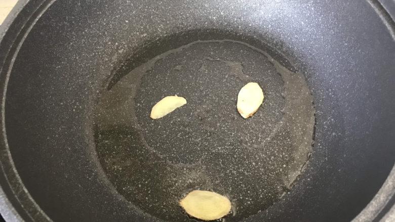 苦瓜炒虾仁,起锅烧油放入姜片煎出香味儿;