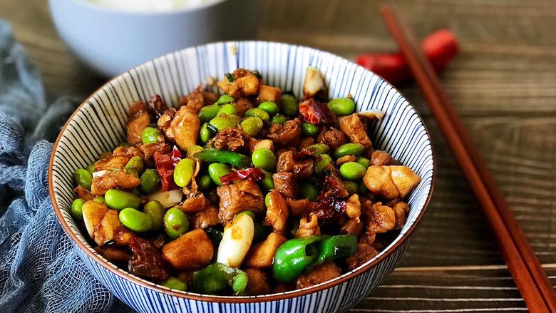 毛豆炒鸡丁,色香味俱全的毛豆炒鸡丁,绝对的米饭杀手菜。