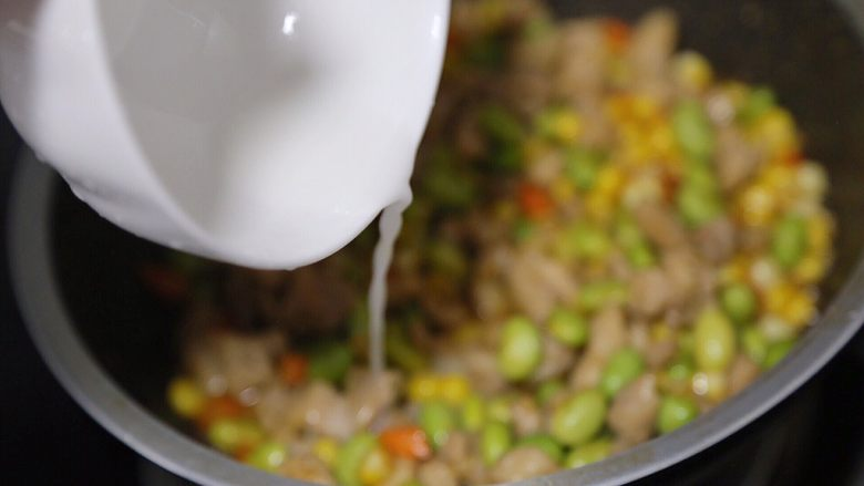 毛豆炒鸡丁,最后调入水淀粉,勾一勾薄芡