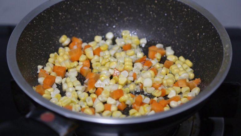 毛豆炒鸡丁,放入玉米粒和胡萝卜丁翻炒