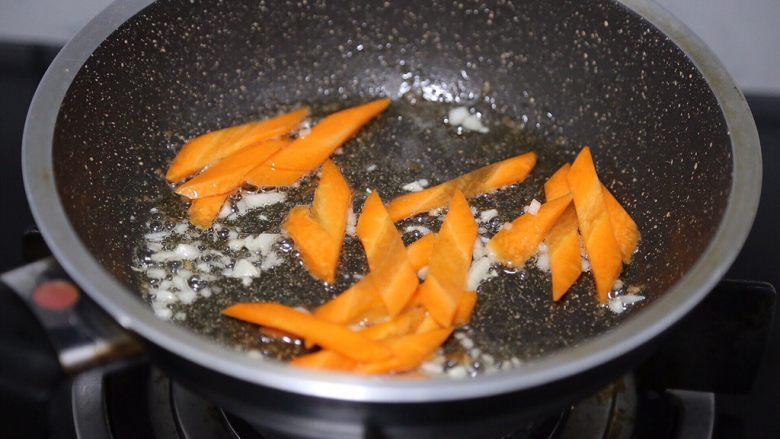 苦瓜炒虾仁,放入胡萝卜片翻炒