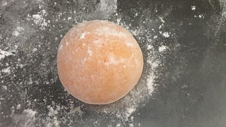 胡萝卜馒头(仿真桔子),排气,分成50克一个的小面团揉光滑滚圆,拍点粉以便下一步防粘;