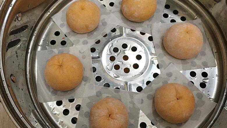 胡萝卜馒头(仿真桔子),全部做好后垫油纸码放在蒸屉,敞开盖子醒发25-30分钟;