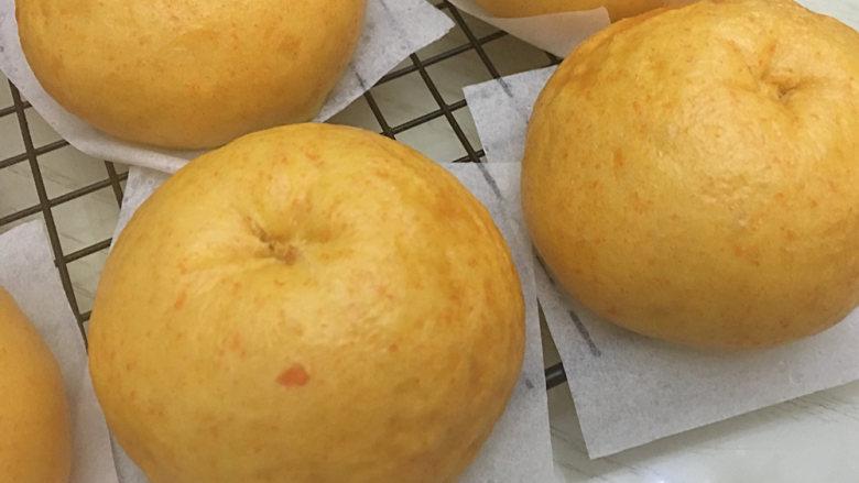 胡萝卜馒头(仿真桔子),大火上汽后转小火蒸20分钟,焖3分钟出锅,插上真桔子蒂装饰。