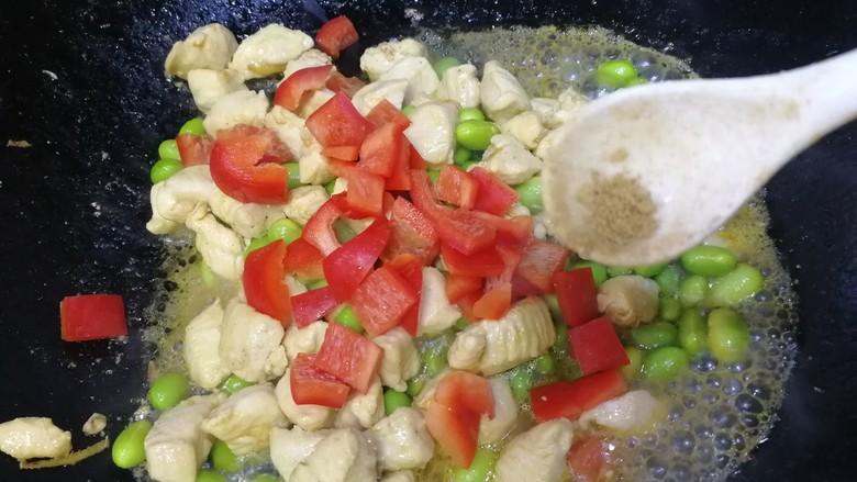 毛豆炒鸡丁,放入甜红椒,少许胡椒粉,简单翻炒均匀即可。